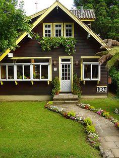 Adorável casa em Gramado, estado do Rio Grande do Sul, Brasil.  Fotografia: Renata Diem no Flickr.