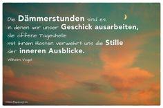 Sonnenuntergang mit Mond-Sichel und dem Wilhelm Vogel Zitat: Die Dämmerstunden sind es, in denen wir unser Geschick ausarbeiten, die offene Tageshelle mit ihrem Hasten verwehrt uns die Stille der inneren Ausblicke. Wilhelm Vogel