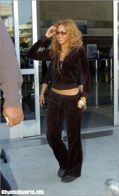 Juicy Tracksuit, Velvet Tracksuit, Juicy Couture Tracksuit, 2000s Fashion Trends, Early 2000s Fashion, Mode Outfits, Fashion Outfits, Cheap Fashion, 90s Fashion