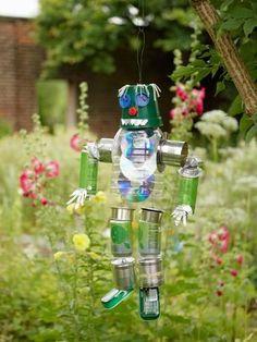 espantapájaros-hecho-con-latas-botes-y-botellas-colgados-en-un-jardín