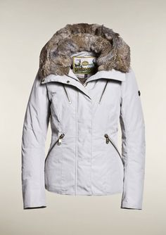 GB1510123  Short waisted coat with fixed hood lined with removable rabbit fur. The back of this coat consists of a special coating to it more water resistant. The coat has front flap pockets on both sides and two inner pockets.