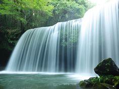 熊本県阿蘇郡小国町にある滝が「鍋ヶ滝」です。 キリンの「生茶」のCMで、松嶋菜々子さんの撮影が行われた場所でも有名のようです。