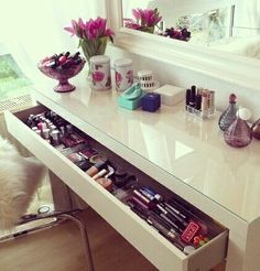 IKEA Malm dressing table should be perfect. All it needs is a small table top mirror Home Bedroom, Bedroom Decor, Bedrooms, Bedroom Ideas, Dream Bedroom, Malm Dressing Table, Dressing Room, Rangement Makeup, Vanity Desk