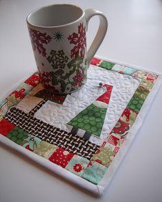 Christmas Gnome mug rug. Christmas Mug Rugs, Christmas Sewing, Noel Christmas, Christmas Crafts, Christmas Ideas, Small Quilts, Mini Quilts, Baby Quilts, Mug Rug Patterns