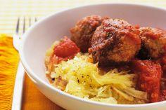 Découvrez un délicieux cœur crémeux en mordant dans ces boulettes farcies au fromage. Ajoutez au plaisir en les servant avec de la courge spaghetti plutôt qu'avec des pâtes. Une fois cuite, la courge spaghetti se défait en filaments qui ressemblent à des spaghettis.
