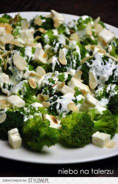 Składniki: - dwa mniejsze lub jeden duży kwiatek brokuła - ok. 10-15 dag sera feta - mały, gęsty jogurt naturalny - łyżka majonezu - ząbek lub dwa czosnku - garść płatków migdałów - sól, pieprz