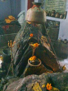 Kedarnath Temple is situated at 11500 ft above sea level in the Tehri-Garhwal range of Hills. Pilgrimage to this abode of Lord Shiva i. Shiva Linga, Mahakal Shiva, Shiva Art, Shri Ganesh Images, Shiva Parvati Images, Lord Krishna Wallpapers, Lord Shiva Hd Wallpaper, Aghori Shiva, Travel Photographie