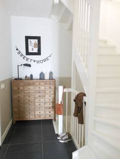 White painted stairs, wooden cabinet and big slate floor tiles. Slate Flooring, Flooring Options, Slate Tiles, Casual Family Rooms, Entry Stairs, Beautiful Stairs, Painted Stairs, Pamela, Wooden Cabinets