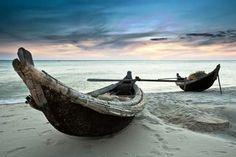 Oferta de viaje a Vietnam  Extensión a las playas de Nha trang  4 días - 3 noches   Extensión de 3 noches en las playas de Nha trang. En el sur de Vietnam se encuentran la zona costera de Nha trang con playas de arena blanca y aguas cristalinas. La bahía de Nha Trang es considerada una de las más bellas de todo el sudeste asiático y una de las 29 bahías más bellas de todo el mundo.  Salidas: diarias desde Saigón.