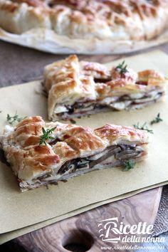 Rustic pie with mushrooms, mozzarella and speck Mozzarella, I Love Food, Good Food, Yummy Food, No Salt Recipes, Cooking Recipes, Pizza Rustica, Quiche, Best Italian Recipes