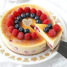 ぱおさんの【濃厚なめらかホワイトチョコニューヨークチーズケーキ】 ホワイトチョコレートを加えた濃厚なチーズケーキ。ベイクドチーズとレアチーズの間のようななめらかさです♪ http://recipe.cotta.jp/recipe.php?recipeid=00008733