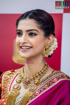 Sonam Kapoor at the Launch of Kalyan Jewellers Showroom in Chennai – Silverscreen. Gold Earrings Designs, Gold Jewellery Design, Gold Jewelry, India Jewelry, Temple Jewellery, Trendy Sarees, Ethnic Looks, Pink Saree, Sonam Kapoor