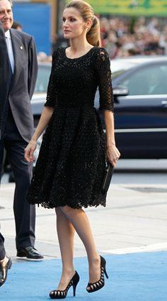 Super elegante 2010s Fashion, Royal Fashion, Estilo Real, Spanish Fashion, Queen Letizia, Classy Dress, Fashion Details, Blouse Designs, Bridal Dresses