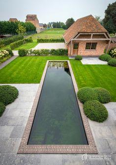 Aangelegde tuinen door tuinonderneming Monbaliu - Landelijke tuin rond statige villa met ruime oprit en zwemvijver