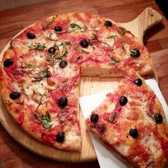 Pizza con acciughe e olive nere