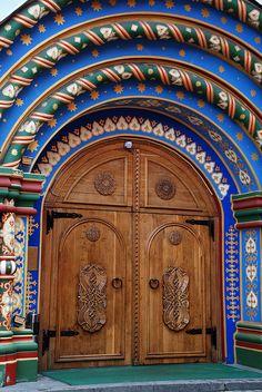 Puerta de madera con arcos muy coloridos. Moscú, Rusia.