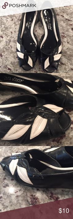 Black and white peep toe flats Black and white peep toe flats. Pretty leaf pattern. Photos reflect wear. Hush Puppies Shoes Flats & Loafers