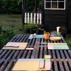 Dessa snygga och moderiktiga bordtabletter kan även nybörjaren göra! Perfekt projekt att göra både till sig själv, eller som present till någon man håller kär. Välj din egen färgkombination utefter vad som passar din inredning och stil!  Material: Rainbow cotton 8/6, Stickor 3,0 mm. Mått: Längd: 31 cm, Bredd: 40 cm, Vikt: 100 g. #hobbiidesign #hobbiisommerhus #stickadebordstabletter #hobbiirainbowcotton86 Crotchet Patterns, Easy Knitting Patterns, Crochet Placemats, Placemat Patterns, Pastel Yellow, Garter Stitch, Knit Or Crochet, Washing Clothes, Irene