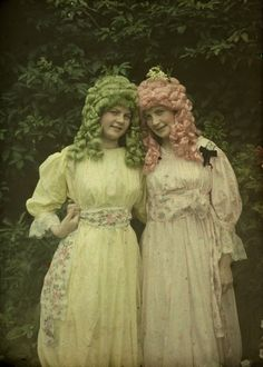 Alfonse Van Besten, Pink and green wigs c. 1912, autochrome 12 x 9, Similar autochrome in collection Fotomuseum-Antwerpen