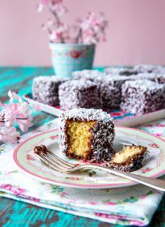 Lamington-kookosleivokset  Lamington on maukas kookosleivos. Taikinan salaisuutena on kuuma vesi-voiseos, jonka ansiosta kakku saa mehevän rakenteen. Kuution muotoiset kakkupalat kastetaan suklaakuorrutteessa ja kieritellään kookoshiutaleissa.