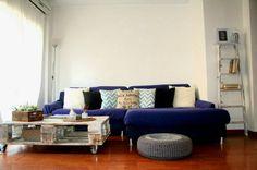 Una fantastica idea para decordar una casa de alquiler, como un simple palet puede servir como mesa de centro .