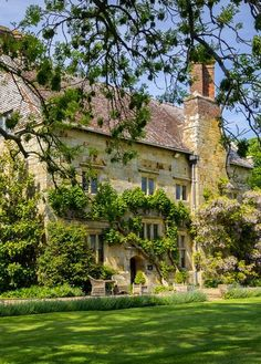 Bateman's House, Burward, East Sussex - Rudyard Kipling's Home. Built in 1634 English Country Manor, English Manor Houses, English House, English Countryside, English Cottages, Beautiful Buildings, Beautiful Homes, Beautiful Places, Cottages Anglais