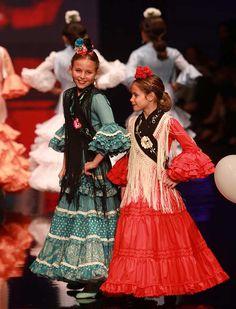 Los niños de Nuevo Futuro han demostrado un gran desparpajo sobre la pasarela. Las firmas Lina, Rocío Olmedo, Pol Núñez y Rocío Peralta, además del colectivo de Simof, han participado con sus diseños. (Foto: Rocío Ruz) Podium, Flamenco Dancers, Spanish Fashion, Halloween Disfraces, Pretty Dresses, High Fashion, Photos, Saree, Plus Size