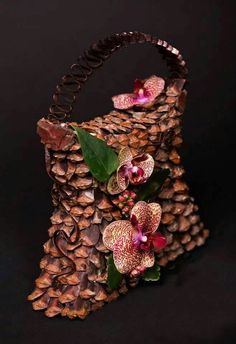 Jos en saa tölkkipipsuja riittävästi...... Floral Bags, Floral Purses, Fleur Design, Modern Flower Arrangements, Design Floral, Flower Bag, Arte Floral, Floral Fashion, Bridal Flowers