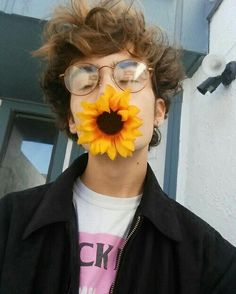 pretty boys and sunflowers Beautiful Boys, Pretty Boys, Beautiful People, Aesthetic People, Aesthetic Boy, Portrait Fotografie Inspiration, Amazing Photography, Portrait Photography, Photography Magazine
