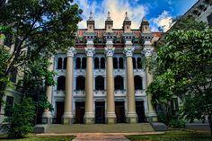La Escuela Superior Central está ubicada en Santurce, sector del municipio de San Juan. Es la institución educativa de mayor tamaño construida durante las primeras décadas del siglo XX por el gobierno estadounidense. La escuela ...