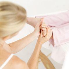 Ze worden dagelijks als slaafje gebruikt. Want veel aandacht besteden we meestal niet aan onze voeten. Jammer! Het is namelijk ontspannend en gezond om je stappers af en toe onder handen te nemen. Met deze tips leer je hoe je je voeten lekker kunt masseren en optimaal kunt verzorgen.