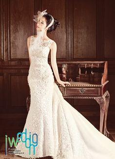 [아이웨딩] 이런 드레스 스타일은 직접 볼 때 더 아름답지만 자칫하면 허리가 얇아 보이지 않을 수도 있어요>_