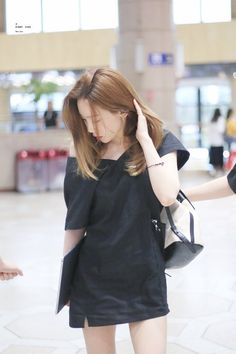 TaeYeon in the airport Yoona, Sooyoung, Kim Hyoyeon, Taeyeon Gif, Taeyeon Fashion, Kpop Fashion, Fashion Outfits, Airport Fashion, Airport Outfits