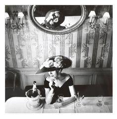 Henry Clarke, 1956. Chapeau du modèle Raout, collection Haute Couture printemps-été 1956, ligne Flèche. http://www.vogue.fr/culture/a-lire/diaporama/livre-dior-une-legende-en-photos/18582/image/997356#!dior-livre-images-en-legendes-henry-clarke