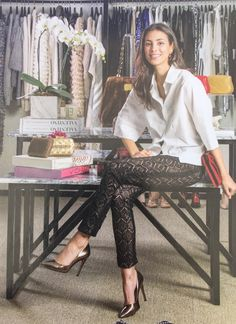 Alessandra de Osma in great printed pants and white shirt! Looks Chic, Office Outfits, Leggings Are Not Pants, Leggings Fashion, Everyday Outfits, Looking For Women, Casual Chic, Spring Summer Fashion, Dress To Impress