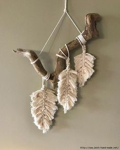 Wonderful Pics Macrame Patterns feather Strategies Discover everything you should recognize to create breathtaking macrame projects. Driftwood Macrame, Macrame Art, Macrame Projects, Driftwood Projects, Yarn Wall Art, Feather Wall Art, Stencil Wall Art, Stencil Diy, Macrame Wall Hanging Diy