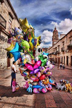 Morelia, Michoacán. México Septiembre del 2011 Los globeros dan color a la ciudad (: