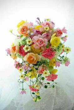 A pretty cascading spring wedding bouquet. Bunch Of Flowers, Fresh Flowers, Beautiful Flowers, Beautiful Flower Arrangements, Floral Arrangements, Pastel Flowers, Arte Floral, Flower Bouquet Wedding, Floral Bouquets