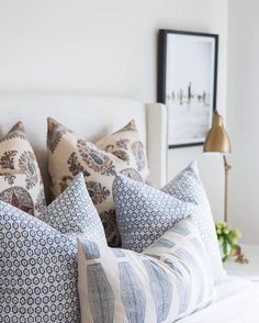 Adding new pillows to a space can refresh your space with out having to empty your wallet. The key is to make sure your pillows coordinate well together. We receive a lot of questions from our readers about how to successfully mix and match pillow patterns. Check out the blog for more details(Link on Profile) ::@kateosborne