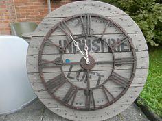 Horloge vintage acier rouillé sur touret bois  inscription loft industriel Diamètre 90 CM