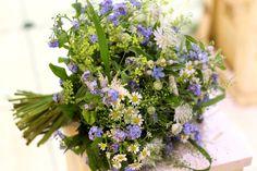 Svadobná kytica z nezábudiek a lúčnych kvetov