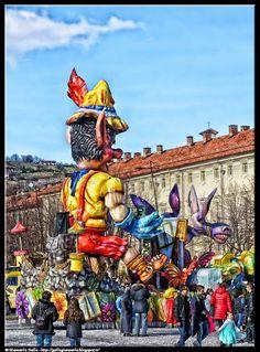 Carnevale Pinerolo 6 - fotografie relative alla sfilata dei carri di carnevale a Pinerolo nell'anno 2016 - Piazza Fontana - Piazza Vittorio Veneto