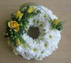 Afbeeldingsresultaat voor open loose funeral wreath yellow roses