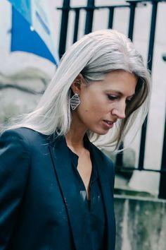 Street looks London. I love the teal, for those of us warm-toned women. Grey White Hair, Long Gray Hair, Silver Grey Hair, Sarah Harris, Grey Hair Don't Care, Hair Care, Silver Haired Beauties, Grey Hair Inspiration, Salt And Pepper Hair