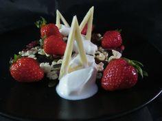 Dessert à l'assiette fraises, yaourt à la grecque, mélange douceur