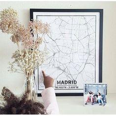 ¿Te has parado a pensar todos lo momentos importantes de tu vida que guardan unas coordenadas? Tenemos 10 ciudades en la shop, seguro que has vivido momentos memorables en alguno de tus viajes... Foto preciosa con mapa Madrid de  @teresaloboarregui