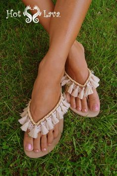 9 Super Comfortable DIY Sandals for Chic Womens Flip Flops Diy, Crochet Shoes, Crochet Slippers, Bare Foot Sandals, Shoes Sandals, Diy Fashion, Fashion Shoes, Fashion Moda, Boho Shoes