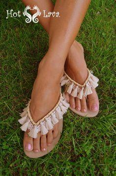 9 Super Comfortable DIY Sandals for Chic Womens Flip Flops Diy, Flip Flop Craft, Crochet Shoes, Crochet Slippers, Bare Foot Sandals, Shoes Sandals, Diy Fashion, Fashion Shoes, Fashion Moda