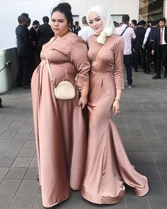 46 ideas for memes indonesia tertipu Wedding Abaya, Hijab Wedding Dresses, Bridesmaid Dresses, Formal Dresses, Muslim Fashion, Hijab Fashion, Fashion Outfits, Beautiful Hijab, Beautiful Asian Girls