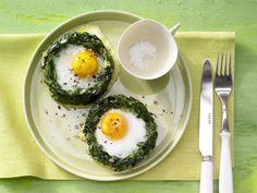 Spinatnester mit Ei: Dekorative und leckere Überraschung für den Oster-Brunch. Die Spinat-Nester sorgen für das 2,5-fache des Tagesbedarfs an Vitamin A.